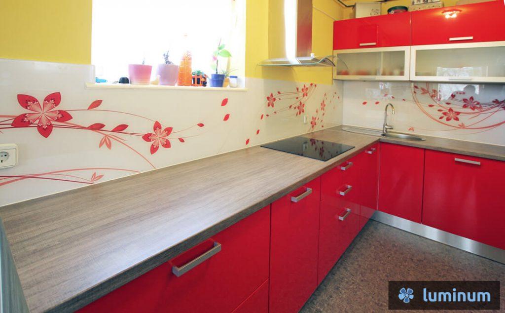 Rdeče rože na kuhinjskem steklu