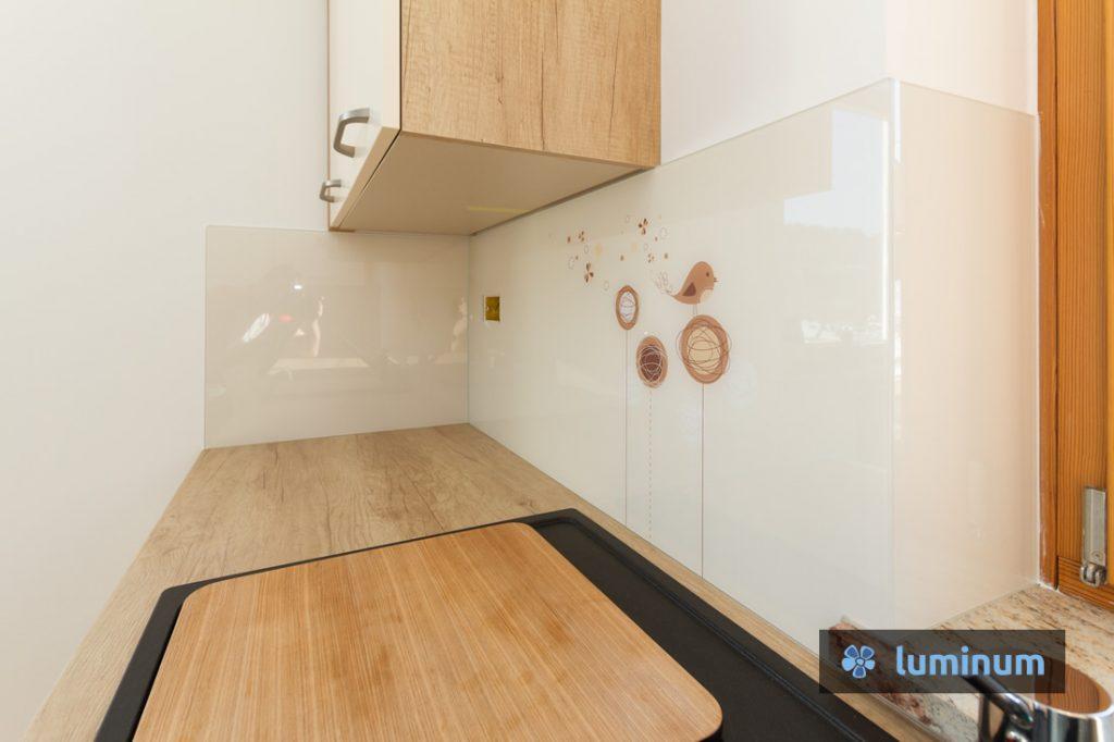 Kreativna kuhinjska stekla z dizajnom rož in ptičkov. Kuhinji prilagojena kompozicija in barva motiva na kuhinjskem steklu Luminum.