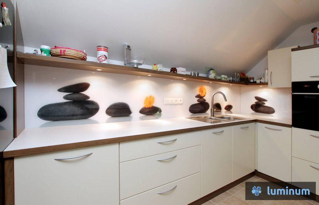 Kuhinjsko steklo z oranžnim cvetom in črnimi zen kamni