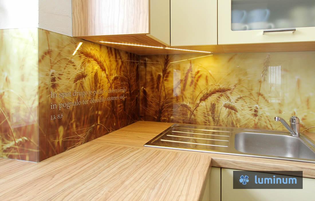 Steklene kuhinjske obloge s fotografijo žita v kombinaciji s svetopisemskim citatom