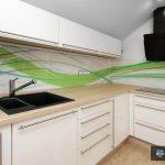 Steklene kuhinjske obloge, z zeleno grafiko v vijugah