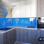 Udarno modro kuhinjsko steklo z regratovimi lučkami