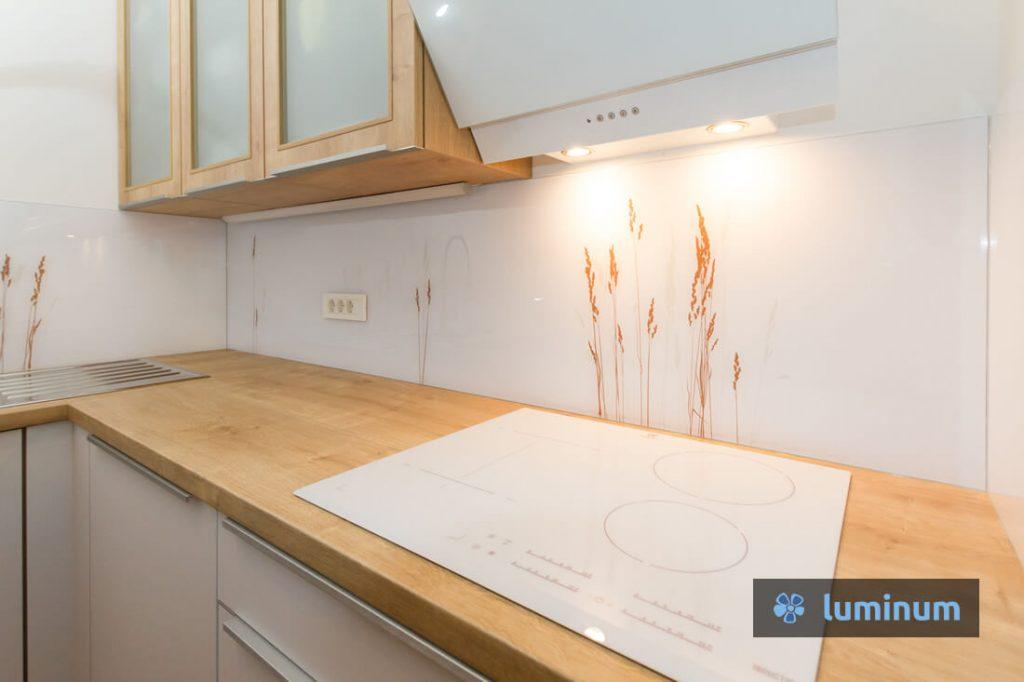 Kuhinjska stekla z nežnim motivom trav, montirana v Kranju