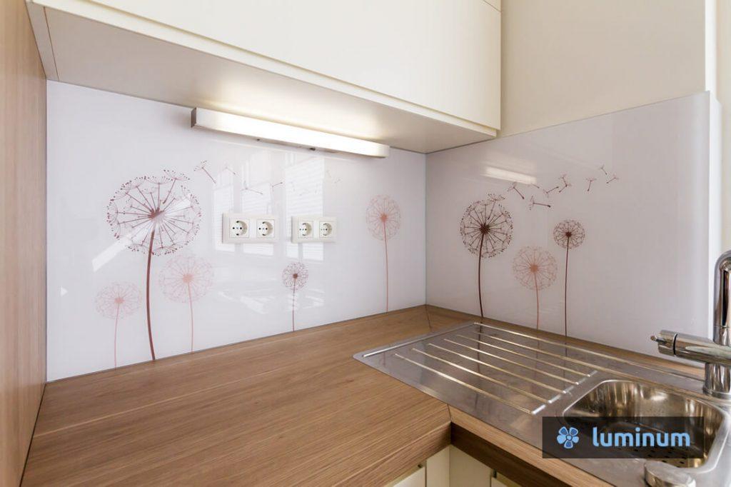 Regratove lučke na kuhinjskem steklu Luminum v rjavih barvah.