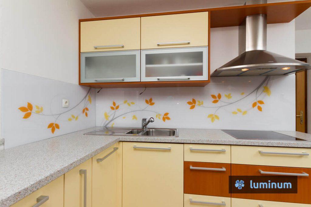 Steklena stenska obloga z rumeno oranžnimi jesenskimi listi in sivimi vejicami
