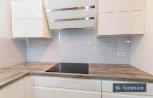 kuhinjska steklena obloga v sivi barvi s prelivajočimi valovi