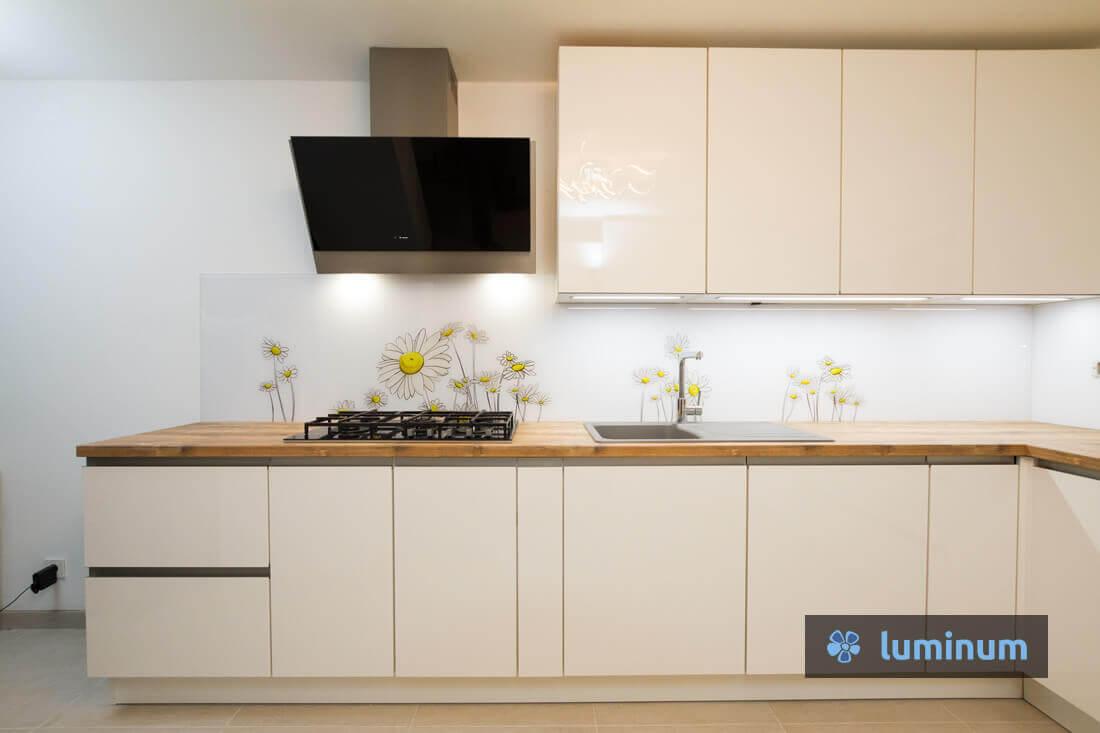 belo kuhinjsko steklo z motivom ivanjščic marjetic