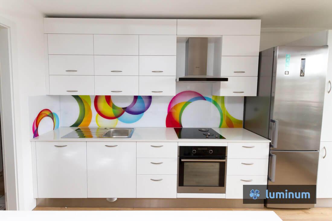 Belo kuhinjsko steklo mavrični krogi na belem ozadju pisana kuhinjska stekla