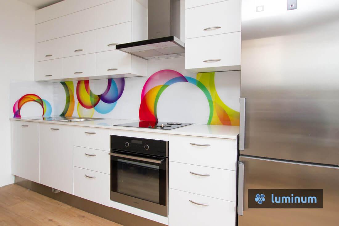 Kuhinjsko steklo s krogi v pisanih barvah