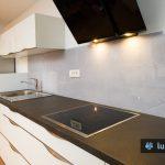 umirjeno sivo kuhinjsko steklo z motivom betona, montirano v žalcu