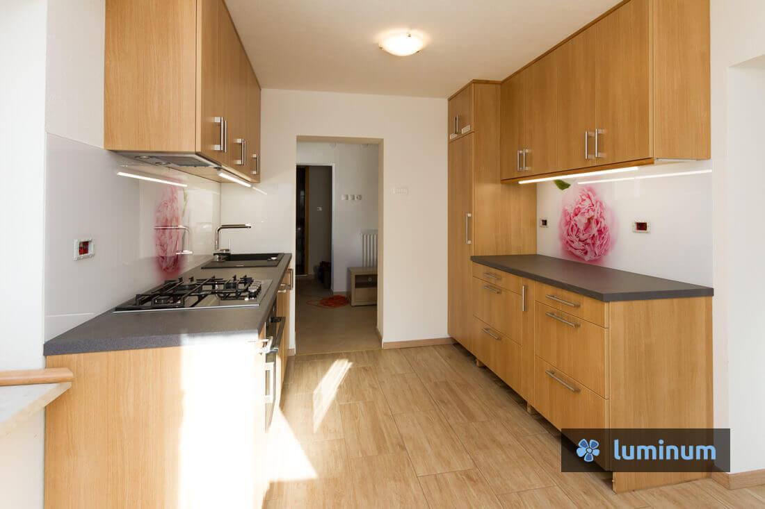 roza potonka na kuhinjskem steklu v rjavi kuhinji s temnim pultom