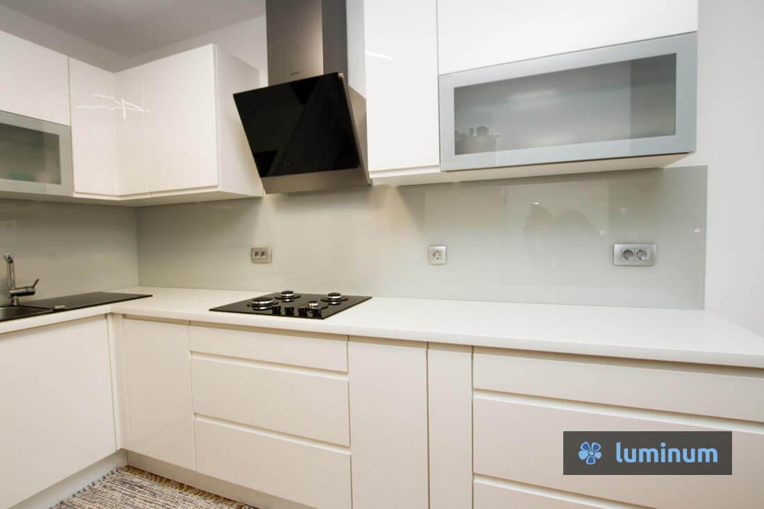 Kuhinjska obloga, ki pristaja kuhinji v barvi magnolije