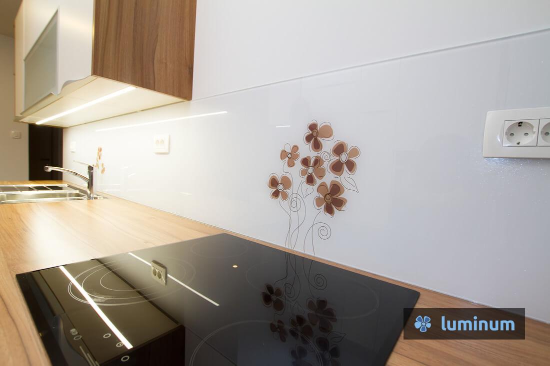 Minimalistično opremljeno kuhinjsko steklo z rjavimi šopki rožic
