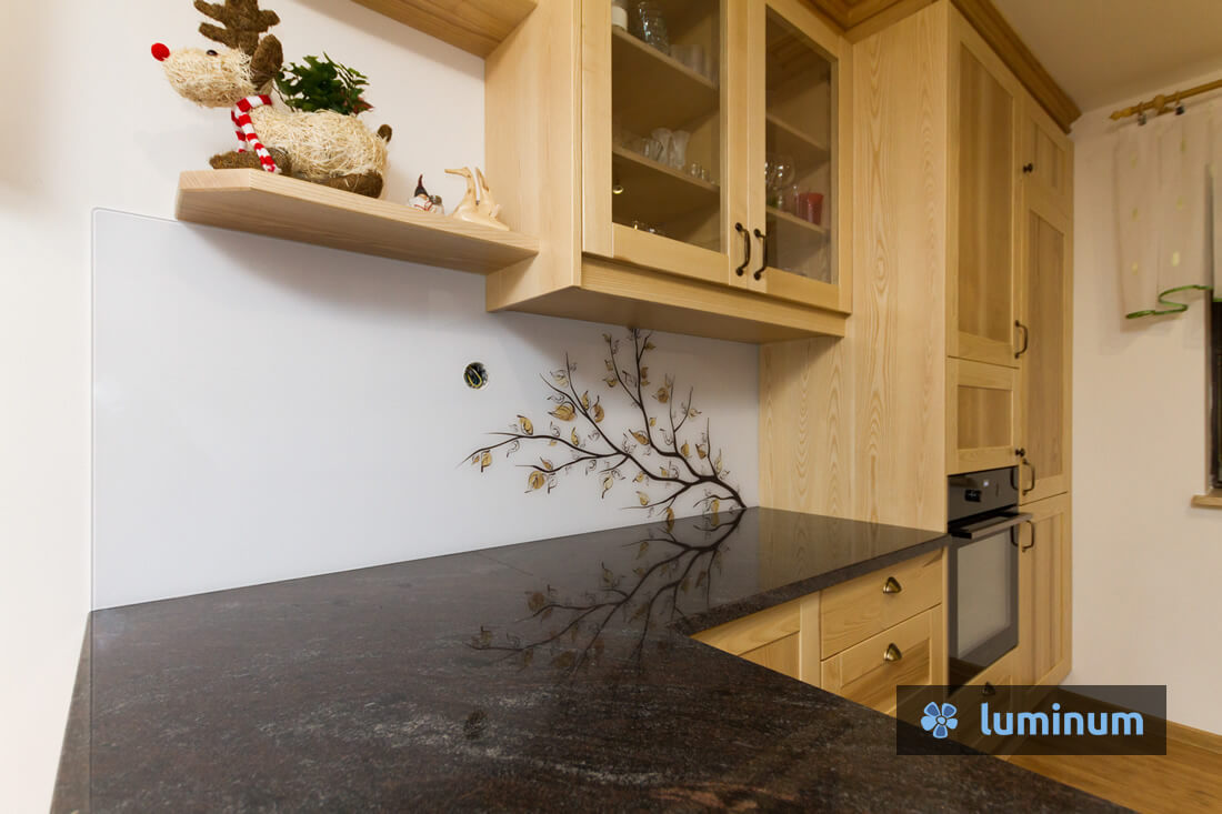 Veja z rjavimi listi na kuhinjskem steklu