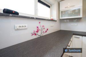 Umetniška slika veje cvetoče češnje na stekleni kuhinjski oblogi