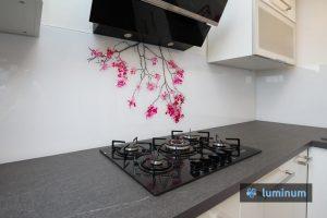 Zaščita kuhinjske stene s sliko češnjeve veje