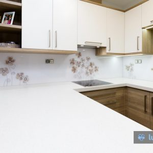 Motiv na kuhinjskem steklu smo barvno in kompozicijsko prilagodili kuhinji.