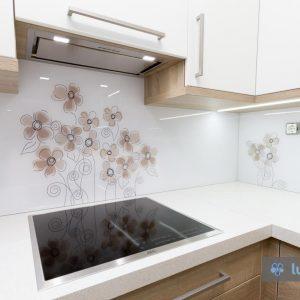Kuhinjsko steklo vgrajeno v Poljanski dolini, rjave rožice