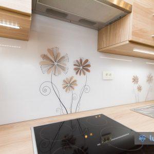 Natančno izdelano kuhinjsko steklo z rožicami vgrajeno v Ljubljani